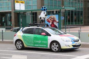 グーグルストリートビューを撮影するGoogleの車