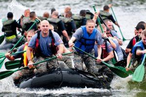ボートで上陸をするやる気のある男たち